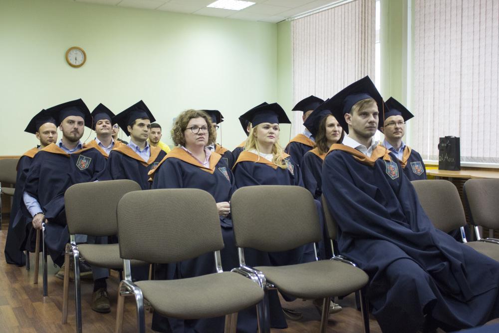 Выпускникам программы Банковское дело вручили дипломы об  1 jpg