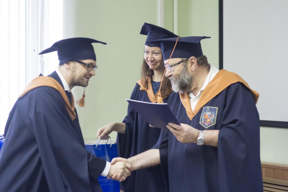 Выпускникам программы Банковское дело вручили дипломы об  2 jpg